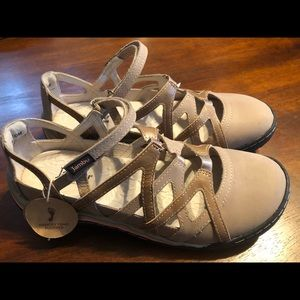 NWT Jambu shoes size 7.5 wide